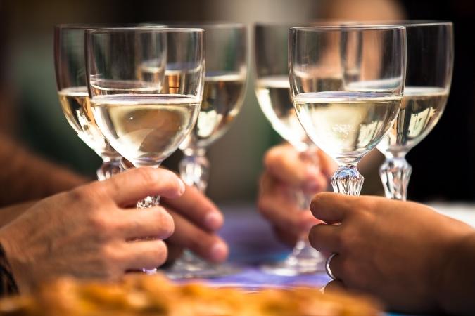 Brindisi bicchieri vino spumante - StoryTravelers